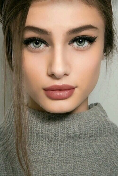 New Year's Eve Makeup Ideas - Full lashes and pouty mauve lips // NotJessFashion.com
